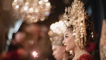 7 Retrato de boda de Nikita Willy, vestida con una kebaya roja y edición de oro